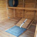 interno di casetta con porta pneumatici e botola di ispezione